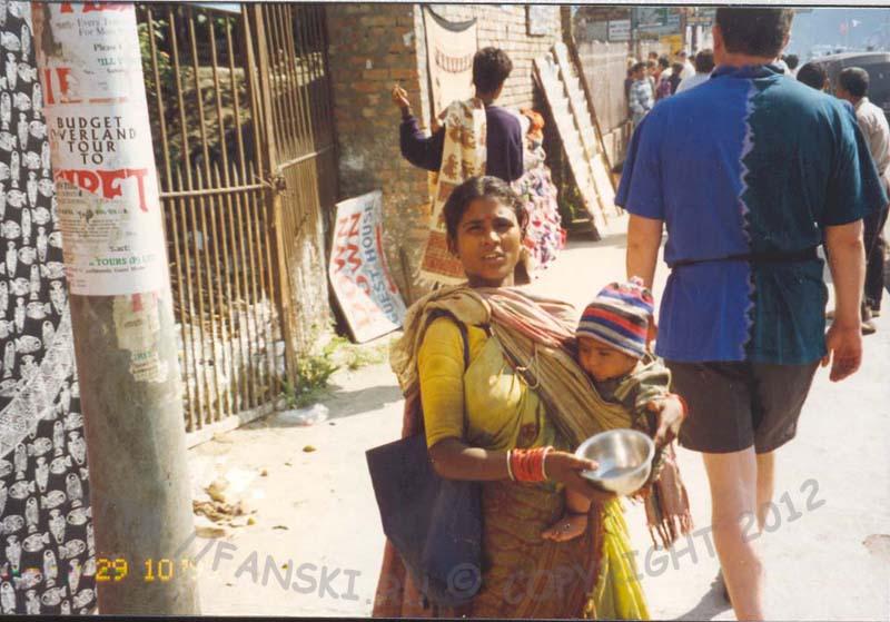 нищенка с ребенком, Катманду, Непал