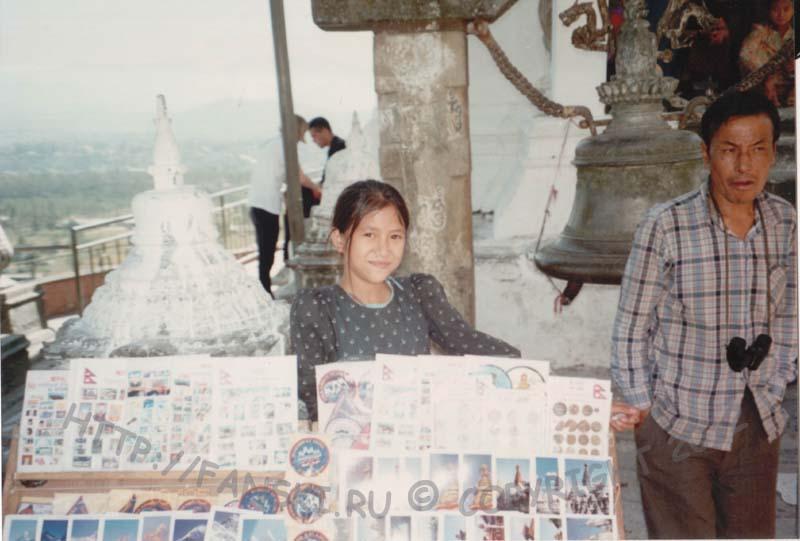 Торговцы сувенирами возле храма Сваямбунатх