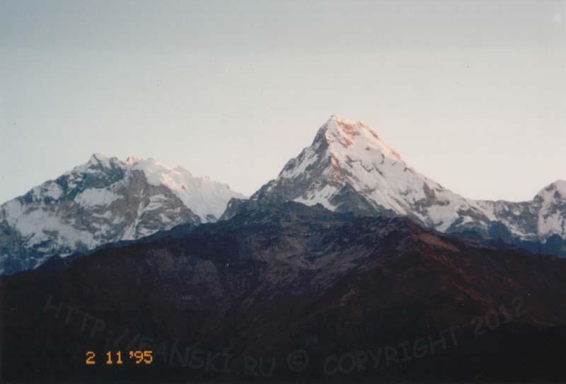 Аннапурна I (слева), 8091 м и Аннапурна Южная (справа), 7219 м