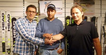 """Фото: Цурбригген (в центре) в окружении руководителей """"Head"""" после подписания контракта в швейцарском представительстве компании"""