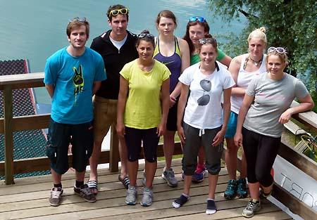 Австрийская женская сборная по могулу с тренером и врачом на озере Факер Зее