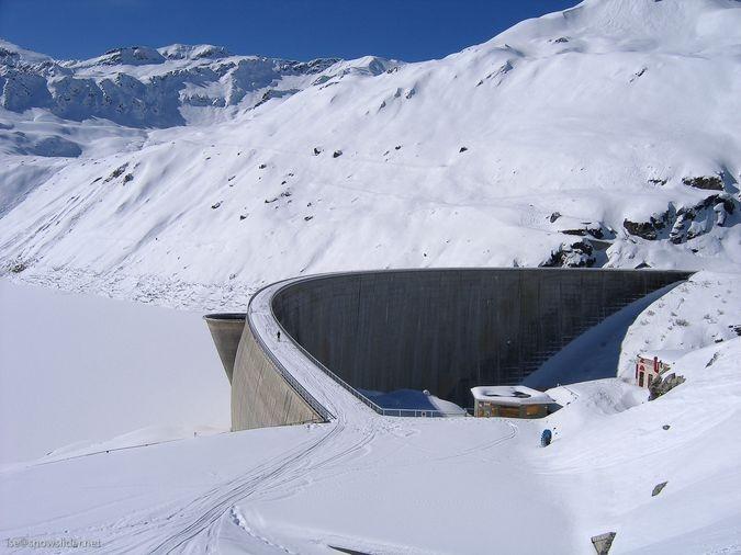 На лыжах по плотине Лак де Мойри.