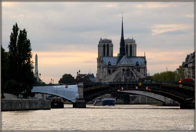 Вид на Нотр Дам с реки Сена. Париж, Франция.