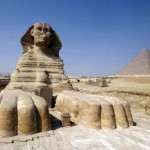 Сфинкс на фоне пирамиды Хеопса, Египет.