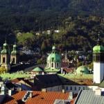 Вид на крыши Инсбрука и церковь Хофкирхе (справа).