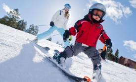 Ребенок на горных лыжах.