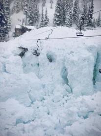 Лавина на горнолыжном курорте Crystal Mountain в Канаде.