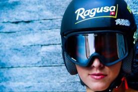 Лара Гут в шлеме и очках марки Шред Оптикс.