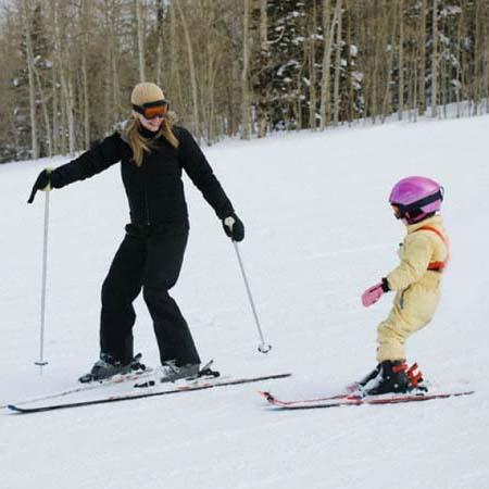 Обучение горным лыжам ребенка с родителями.