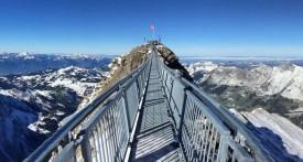 Подвесной мост между пиками на курорте Глетчер-3000, Швейцария.