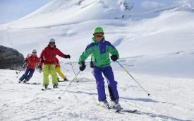 Инструктор Snoworks Gap с учениками на леднике в Тине.