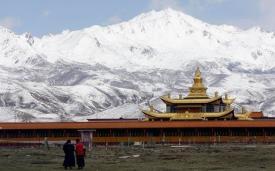 Ламаистский храм в нижней части снежных гор в провинции Ганьцзы, Тибет.