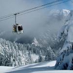На французском курорте горнолыжник повис на ноге снаружи кабины гондолы