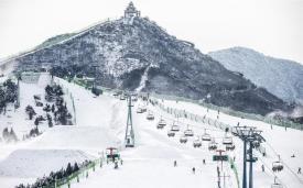 Новый горнолыжный курорт открыт 25 ноября 2015 года, недалеко от Пекина.