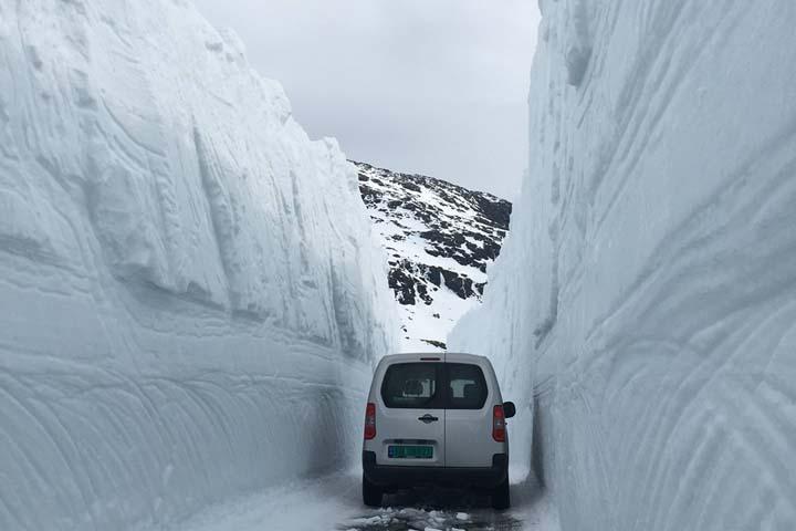 Проезд, прорубленный к началу мая к леднику Фолгефон проходит посреди огромных снежных стен.
