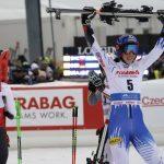 На фото: Петра Влхова празднует победу, Микаэла Шифрин (спиной) - заняла 3-е место.