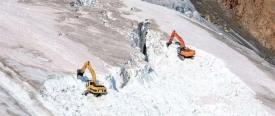 Машины на леднике Питцталь, заполняющие трещины снегом.