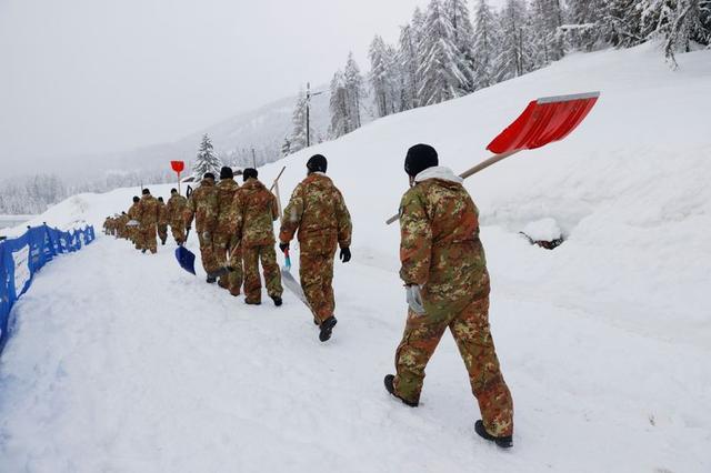 Итальянские военнослужащие на трассе после отмены женской комбинации из-за погодных условий. Фото: Рейтер / Denis Balibouse